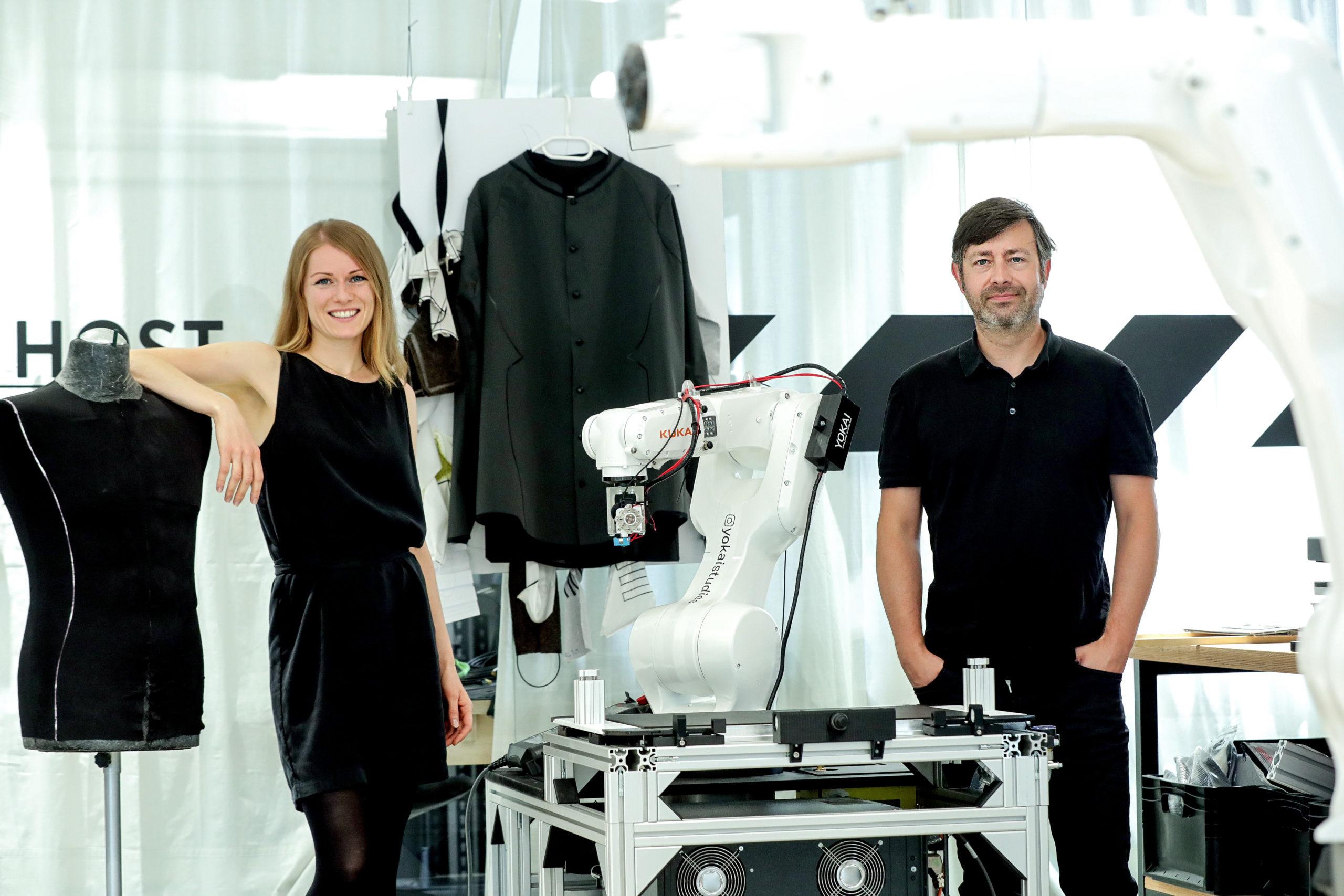 Verena Traunmüller und Wolfgang Gumpelmaier-Mach arbeiten in einem internationalen Team an der Mode der Zukunft. Foto: Volker Weihbold